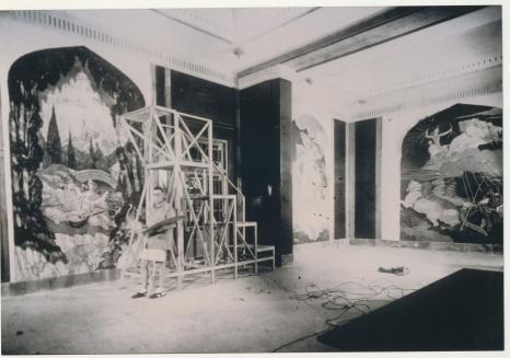 Norblin podczas realizacji malowideł w Pałacu Umaid Bhawan w Jodhpurze